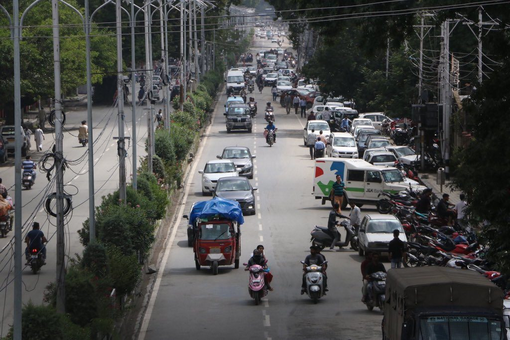 Fresh Pictures of normal Traffic movement from Srinagar on Monday Eid Day