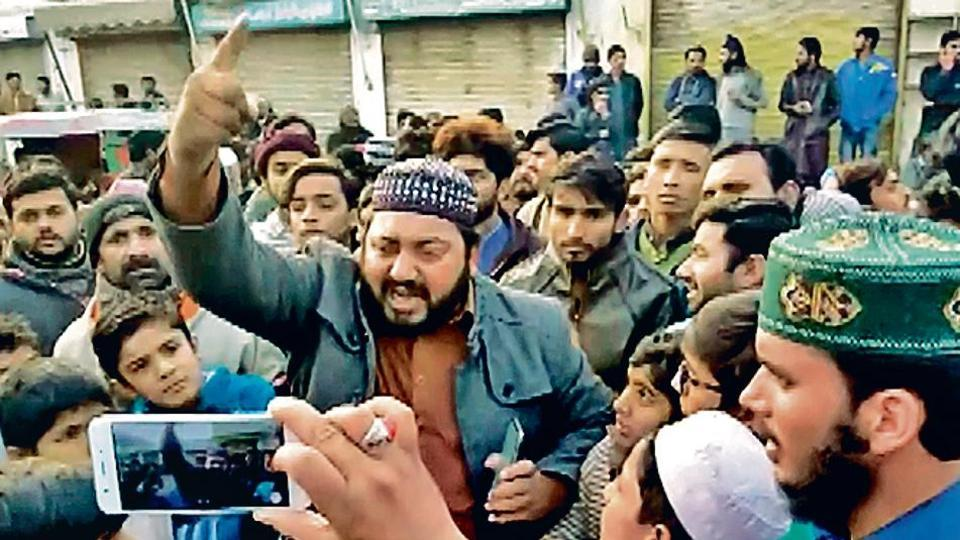 Pakistan Against Minorities: Blood Thirsty Mob of Islamist Radicals led by Mohammed Hassan's brother, the boy who is accused of forcing a Sikh girl to convert before marrying her waiting outside Gurudwara Nankana Sahib in Pakistan