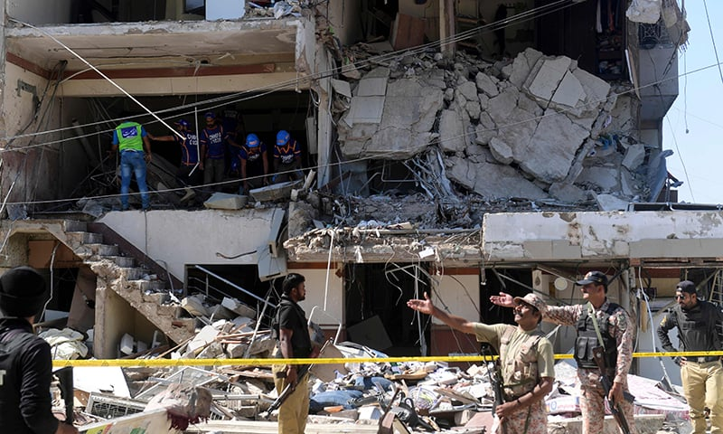 Pakistan A Disaster : Security personnel and rescue workers are seen amid the debris of a multi-storey building that was damaged after an explosion in Pakistan's port city of Karachi on October 21, 2020. (Photo by Asif HASSAN / AFP)