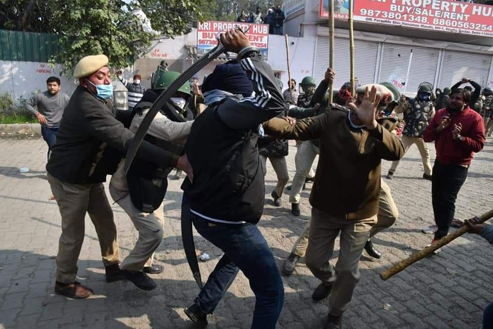 Khalistani Supporters attacking Police on duty with Sword during riots in New Delhi, India | NewsComWorld.com