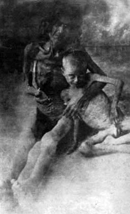 Starved Armenian woman with her son in Syrian desert, 1916   Armenian Genocide   NewsComWorld.com