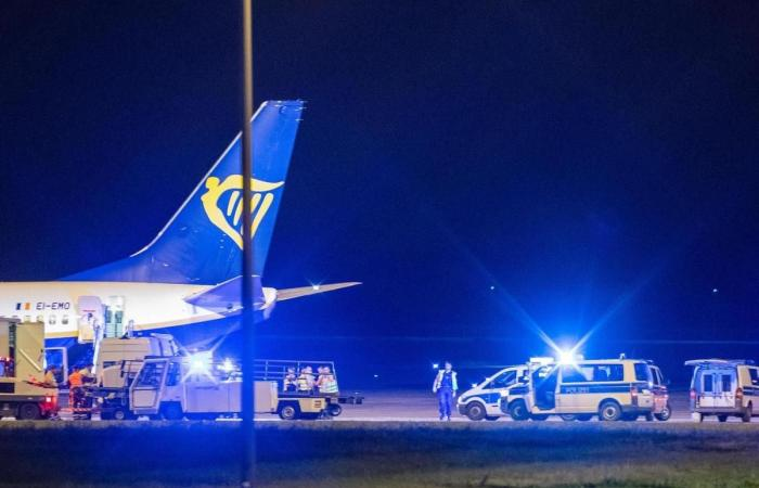 Another Bomb Threat : Another plane belonging to the Irish airline Ryanair made an emergency landing in Berlin after a reported bomb threat. | NewsComWorld.com