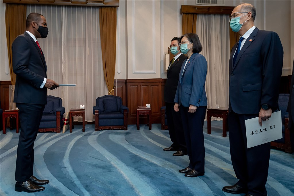 From left: Haiti's new Ambassador to Taiwan Roudy Stanley Penn, Foreign Minister Joseph Wu, President Tsai Ing-wen, Secretary General of the Presidential Office David Lee. Photo courtesy of the Presidential Office